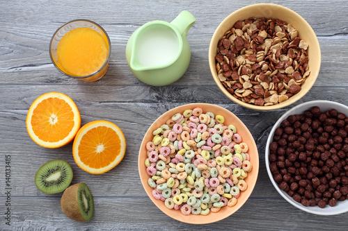 prima colazione con cereali colorati e frutta su tavolo di cucina ...