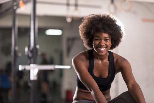 black woman doing sit ups at the gym