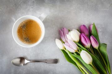 Weiße und violette Tulpen und Tasse Kaffee auf Metalluntergrund