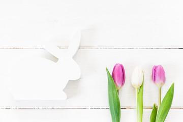 Osterhase, Tulpen, weißes Holz