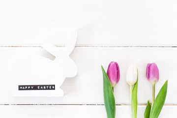 Osterhase, Tulpen, weißes Holz, Happy Easter