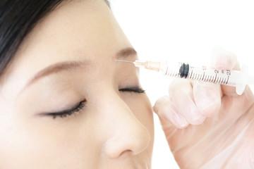 美容注射を受ける女性