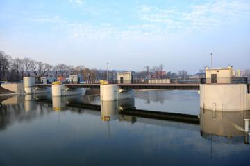 Elektrownia wodna, tama na rzece Nysie.