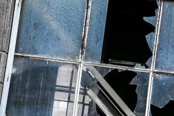 Kaputte Fensterscheiben eines Abrisshauses
