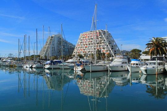 La grande Motte, Station balnéaire et port de plaisance à proximité de Montpellier