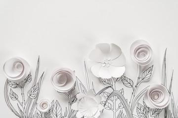 3d papierowi kwiaty z malującymi liśćmi i trzonami na białym tle