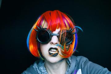 Retrato de una chica joven disfrazada de punk
