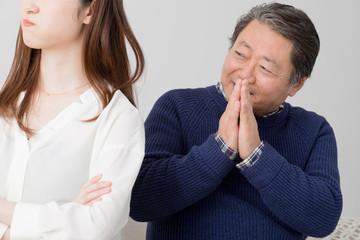 喧嘩をする親子、娘に謝る父親、手を合わせる、ごめんなさい