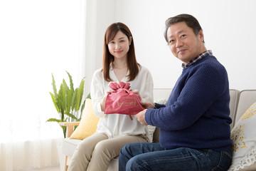 父親にプレゼントをする娘、親子、父の日