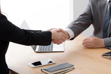 握手をするビジネスウーマンとビジネスマン、締結、成約、契約