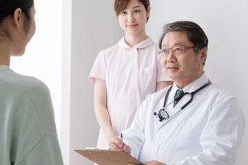 診察をする医者と患者