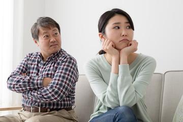 喧嘩をする父親と娘