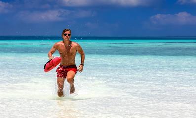 Laufender Rettungsschwimmer in tropischen Gewässern