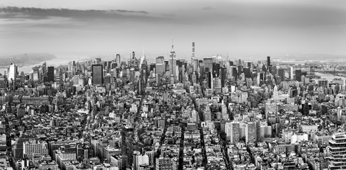 Fotomurales - Aerial view of New York City midtown skyline in black and white