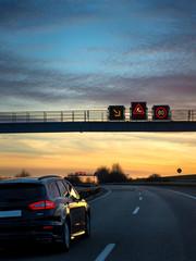 Wall Mural - Verkehrsleitsystem Verkehrstelematik Verkehrstechnik auf Autobahn Baustellenwarnung abends