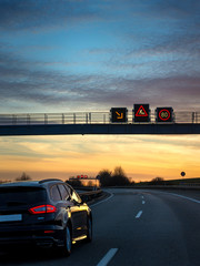 Fotomurales - Verkehrsleitsystem Verkehrstelematik Verkehrstechnik auf Autobahn Baustellenwarnung abends