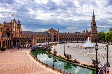 Blick auf die Fontäne und den Südturm am Plaza de España in Sevilla