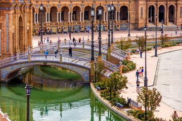 Brücke über den Wasserkanal am Palacio Central in Sevilla