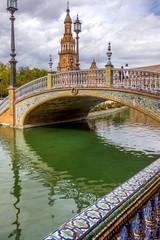 Spiegelung einer Brücke im Wasserkanal am Plaza de España