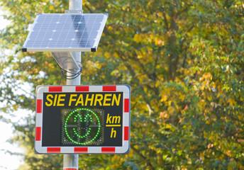 Geschwindigkeitskontrolle - Radar mit Tempoanzeige und kleinem Solarpanel