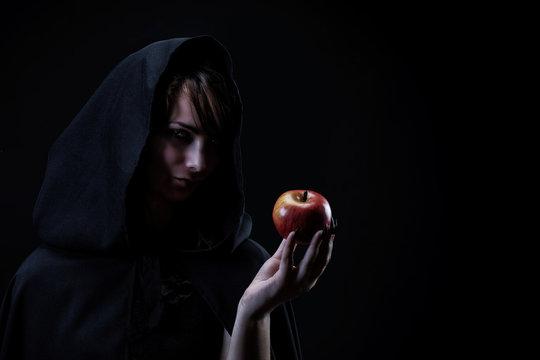 Portrait d'une sorcière tenant dans sa main une pomme