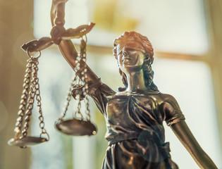 Justitia Figur Statue - Personifikation der Gerechtigkeit