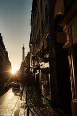 Tour Eiffel al tramonto nelle strade di parigi