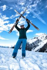 Skifahrerin mit Skiern