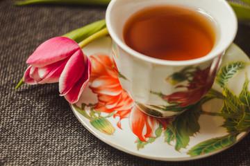 Тюльпан и чашка