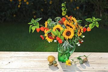 Sonnenblumenstrauß mit Physalis und Beeren