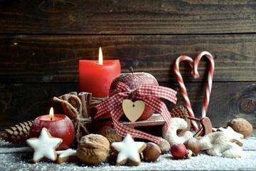 Rote Adventskerzen mit Weihnachtsgebäck - Grußkarte - Fest der Liebe