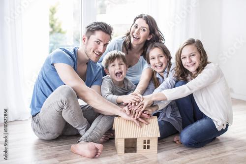 familie traum vom haus stockfotos und lizenzfreie bilder auf bild 140622866. Black Bedroom Furniture Sets. Home Design Ideas
