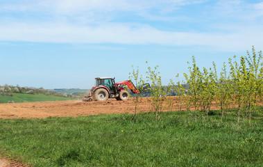 Traktor auf einem Acker im Sommer