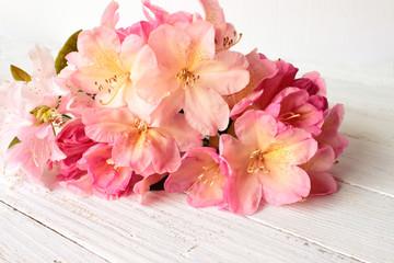 Rhododendron-Blüten auf weißem Holztisch