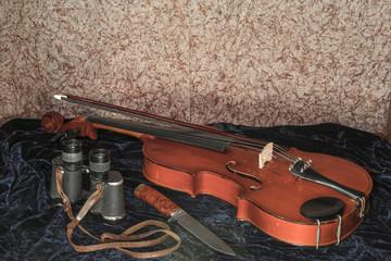 Composition of violin knife binoculars .