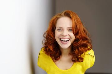 glückliche frau mit roten haaren und blauen augen