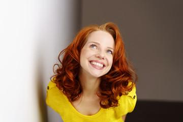 lachende junge frau mit roten haaren und locken