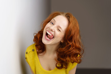 lachende frau mit weißen zähnen
