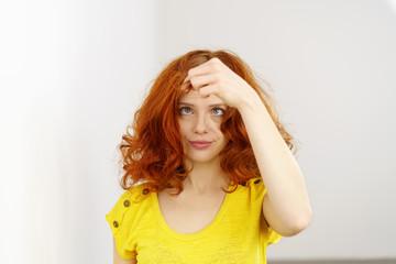 frau hat probleme mit ihren haaren