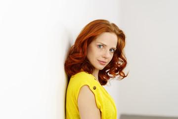 junge frau mit roten haaren und locken