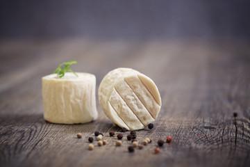 fromage de chèvre sur planche en bois