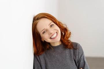attraktive frau mit roten haaren und blauen augen