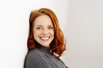 lächelnde frau mit roten haaren und locken