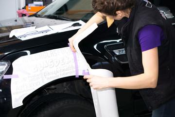 Autobeschriftung mit Klebebuchstaben