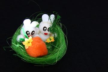 sfondo nero e coniglietti bianchi