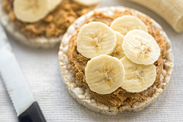 Rice cakes with peanut butter and slices of banana