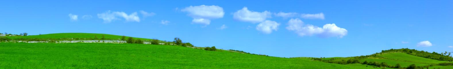 Template con colline verdi e con delle belle nuvolette nel cielo azzurro