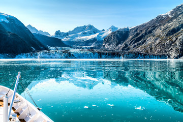 In de dag Gletsjers Cruise ship in Glacier Bay cruising towards Johns Hopkins Glacier in Alaska, USA. Panoramic view during summer.