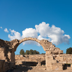 Fototapete - Roman arch in Paphos archaeological park in Cyprus, space