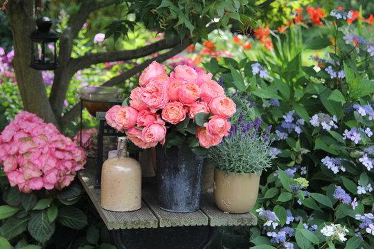 Romantischer Rosenstrauß auf der Terrasse